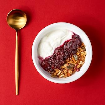 Detox en gezond superfood ontbijtkom concept. assortiment veganistisch ontbijt met chiazaad, muesli-ontbijt en muesli