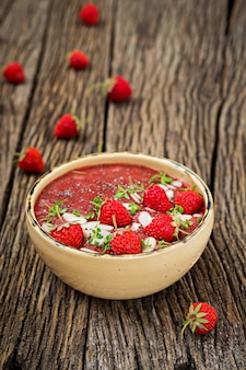 Detox en gezond superfoodsontbijt in kom. vegan chia zaden pudding met aardbeien en amandel. aardbeien smoothie.