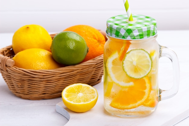 Detox fruit toegediend water.