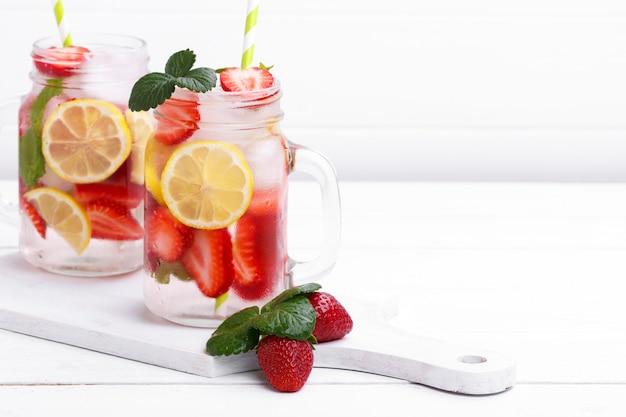 Detox fruit toegediend water.