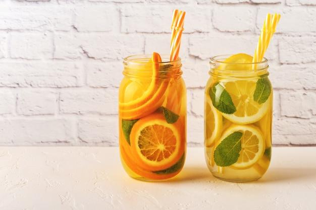 Detox met fruit doordrenkt water in potten