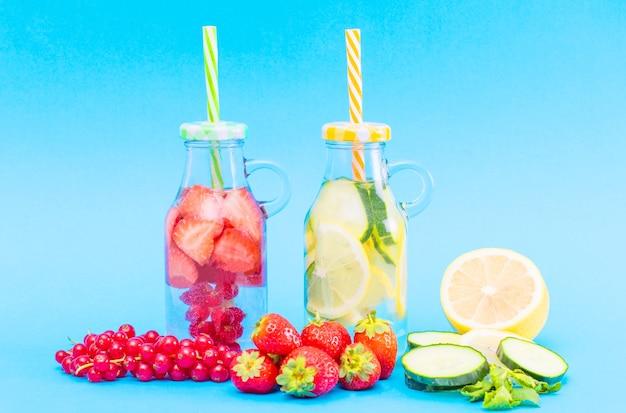 Detox met fruit doordrenkt water. verfrissende zomerse zelfgemaakte cocktail