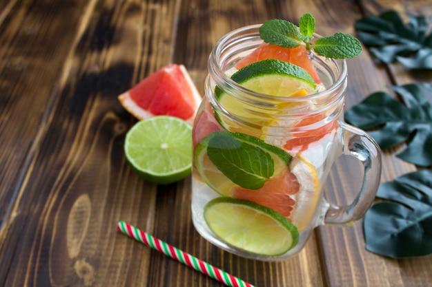 Detox of doordrenkt water met grapefruit en limoen