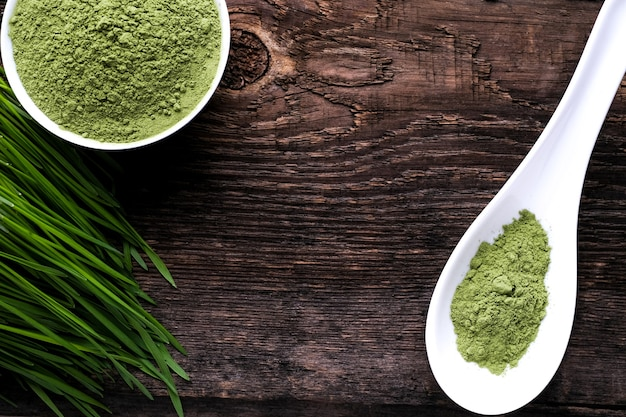 Detox superfood green barley sprout grasbak en een lepel poeder