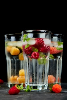 Detox toegediend gearomatiseerd water met drie kleuren framboos