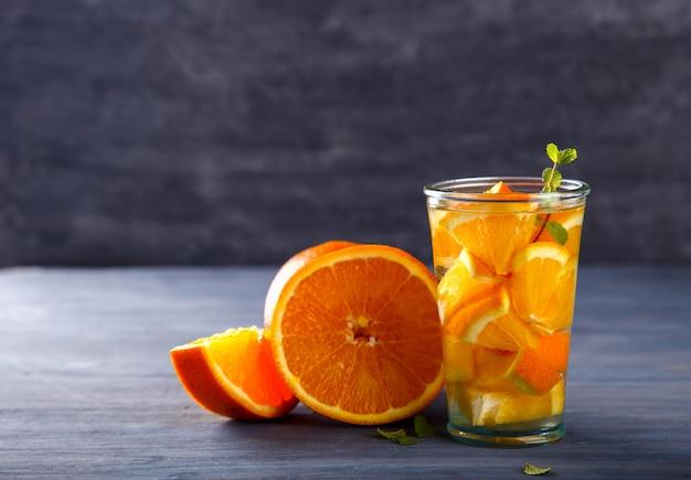 Detox toegediend water met sinaasappel