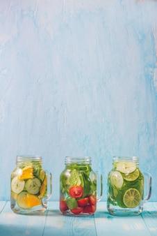 Detox water met groenten en fruit. dieet gezond eten en afvallen.