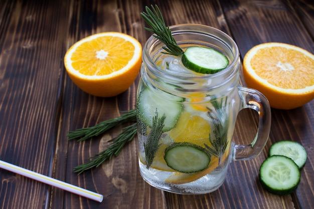 Detox water met komkommer en sinaasappel
