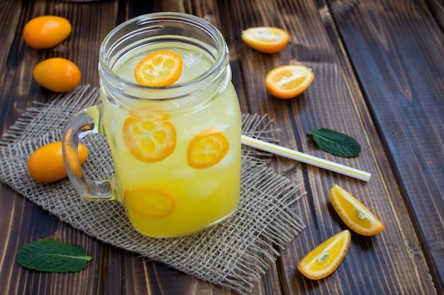 Detox water met kumquat in glazen beker