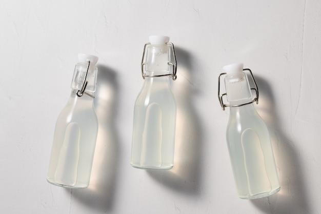 Detoxdrank met doordrenkt water in herbruikbare flessen