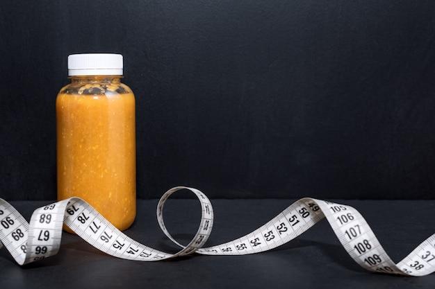 Detoxdrank met halters en meetlint