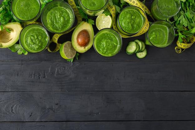 Detoxingrediënten voor het koken van dieetvoedsel met groene smoothies