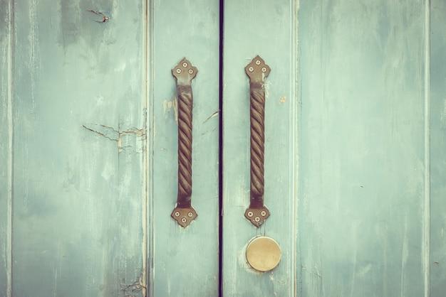 Deur gebarsten decoratieve oude deurknop