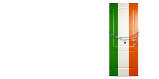 Deur gekleurd in de nationale vlag van ierland, vergrendeling met ketting. landen worden afgesloten tijdens coronavirus, covid-verspreiding. concept van geneeskunde en gezondheidszorg. wereldwijde epidemie, quarantaine. kopieerruimte.