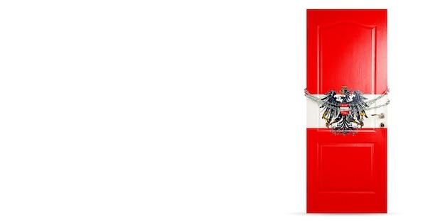 Deur gekleurd in de nationale vlag van oostenrijk, vergrendeling met ketting. landen worden afgesloten tijdens coronavirus, covid-verspreiding. concept van geneeskunde en gezondheidszorg. wereldwijde epidemie, quarantaine. kopieerruimte.