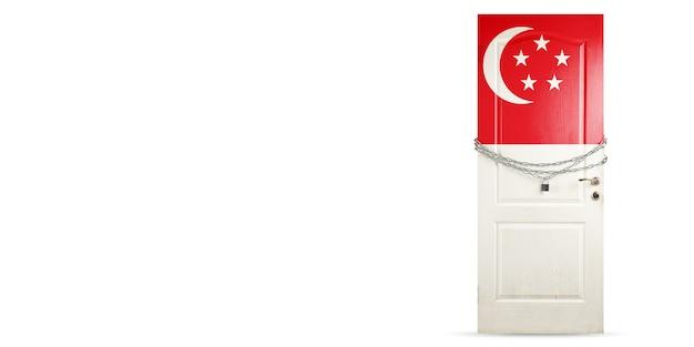 Deur gekleurd in de nationale vlag van singapore, vergrendeling met ketting. landen worden afgesloten tijdens coronavirus, covid-verspreiding. concept van geneeskunde en gezondheidszorg. wereldwijde epidemie, quarantaine. kopieerruimte.