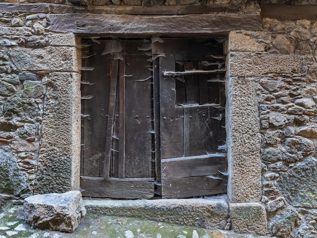 Deur in het oude dorp la alberca. salamanca. spanje.