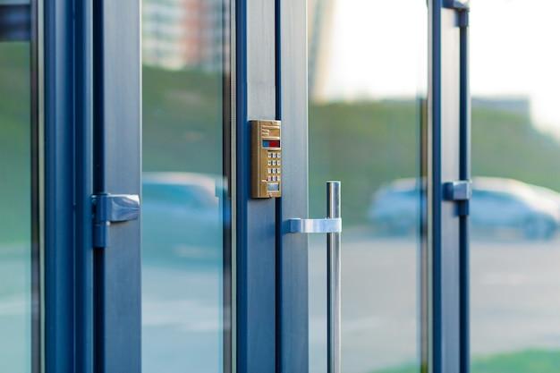 Deur naar een flatgebouw met een deurbel