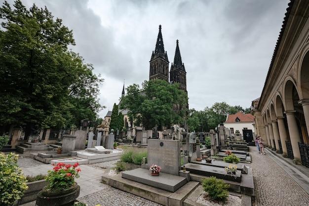 Deur van de kerk van st. peter en paul in vysehrad kasteel, praag, tsjechië