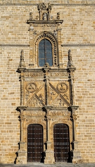 Deur van vergeving. oude ingang in de kathedraal van coria. extremadura. spanje.