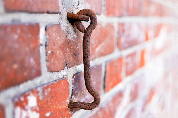 Deurhaak opknoping op een bakstenen muur