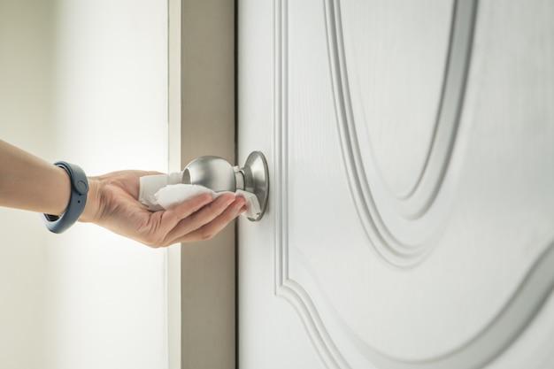 Deurknop reinigen met alcoholspray