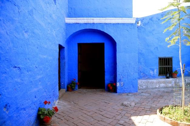 Deuropening van de levendige blauwe oude steenbouw binnen santa catalina monastery, arequipa, peru