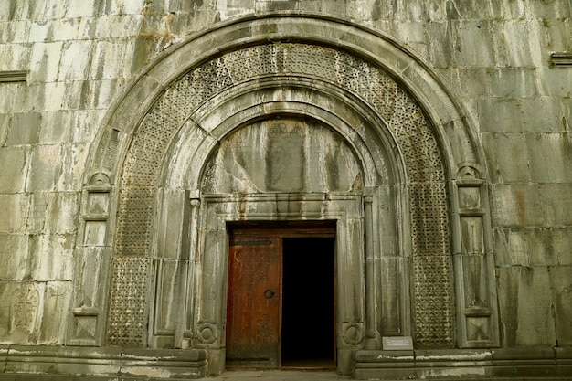Deuropening van het boekdepot in haghpat middeleeuws klooster hagphat town lori province armenia