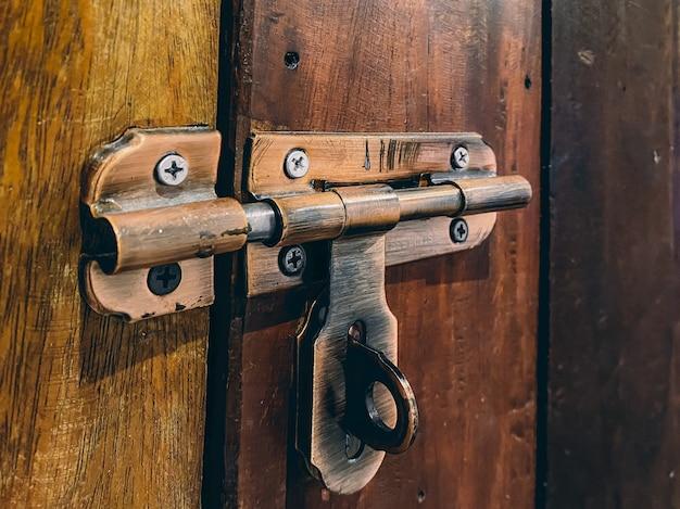 Deurslot vintage stijl op de deur met roestig metaal