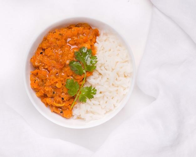 Dhal indiase rode linzensoep met rijst in een bord