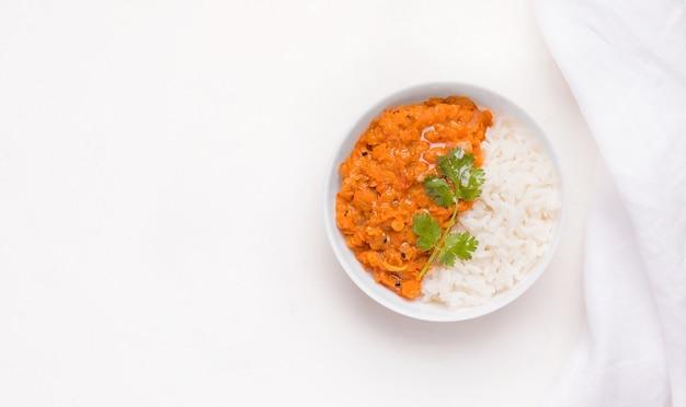 Dhal traditionele indiase schotel in een kom met rijst op wit