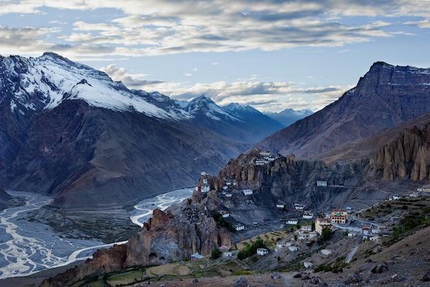 Dhankar klooster gelegen op een klif in de himalaya, india