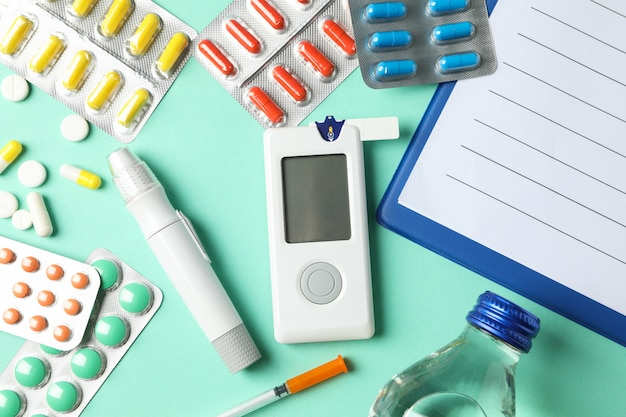 Diabetes accessoires op munt achtergrond, bovenaanzicht