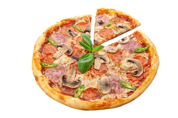 Diablo-pizza. tomatensaus, jalapeno peper, verse spaanse peper, cervelat, mozzarella kaas, verse champignons, oregano. witte achtergrond. geïsoleerd. detailopname.