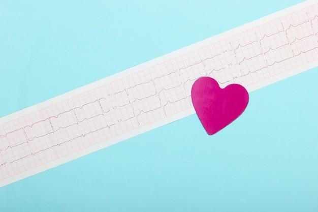 Diagnose en preventie (behandeling) van hart- en vaatziekten. hartcardiogram op een blauwe achtergrond. gezond hart. bovenaanzicht