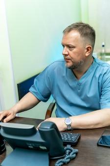 Diagnostiek. echografie. portret. arts op de werkplek op kantoor. detailopname