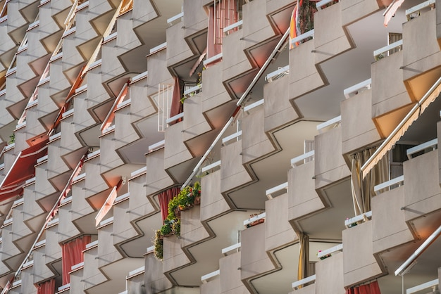 Diagonaal aanzicht van rijen balkons van een woongebouw