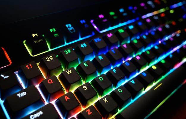Diagonaal rgb futuristisch toetsenbord met dramatische verlichtingsobjectachtergrond hd