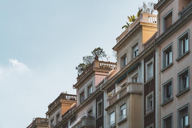 Diagonaal zicht op de bovenste terrassen van woongebouwen