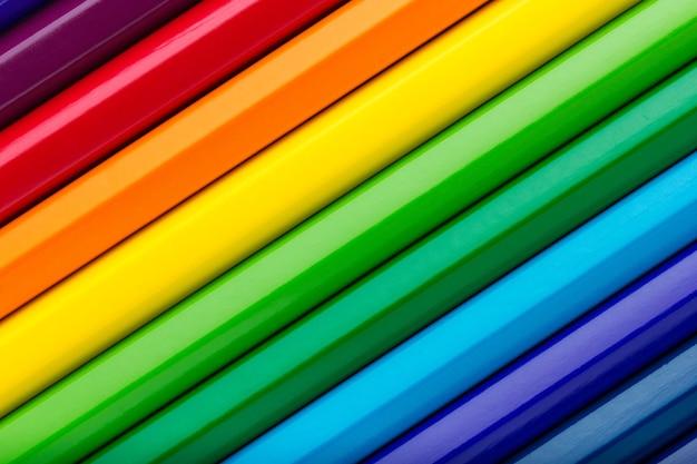 Diagonale rij van kleurrijke potloden achtergrond