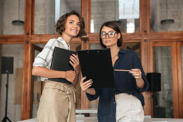 Dialoog tussen twee mooie jonge vrouwen