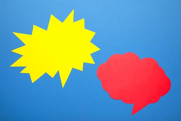 Dialoogvenster - twee lege tekstballonnen op blauwe achtergrond