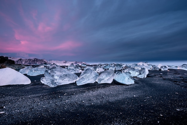 Diamant zwart zandstrand bij zonsondergang in ijsland