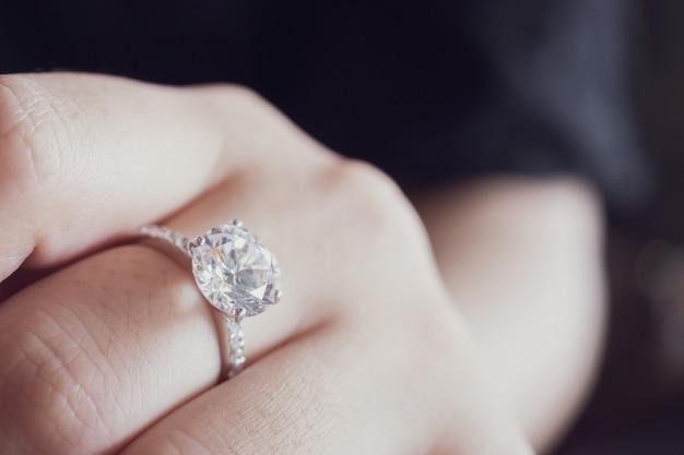 Diamanten ring aan de vinger van de vrouw