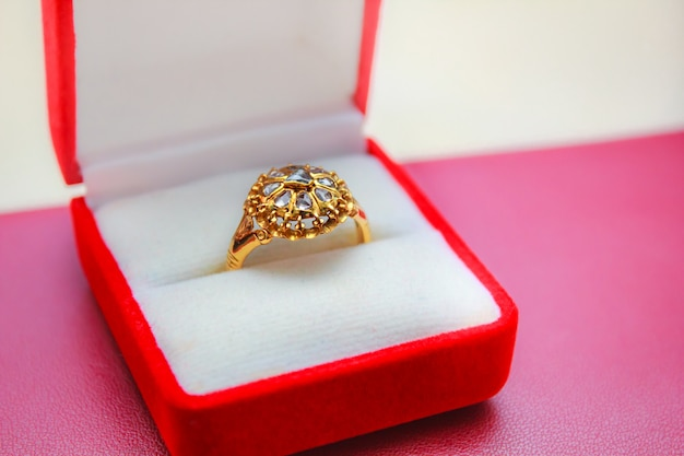 Diamanten ring goud, edelsteen thaise stijl.