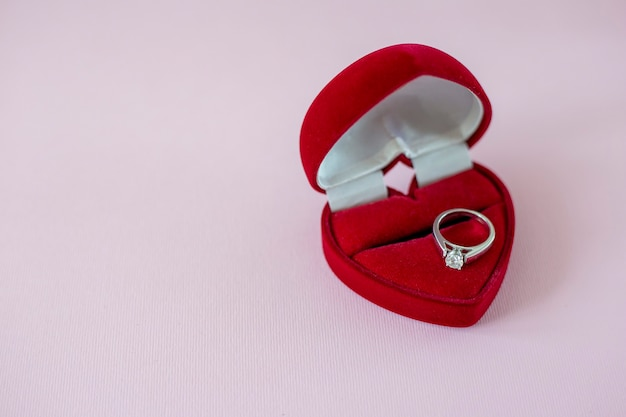 Diamanten ring in een rood hartvormig doosje verlovingsring met solitaire dimond huwelijksaanzoek