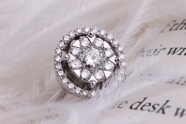 Diamanten ring met edelsteen