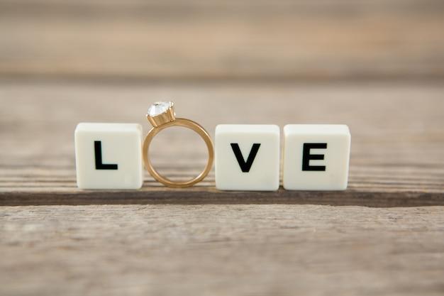 Diamanten ring tussen witte blokken met liefdesboodschap