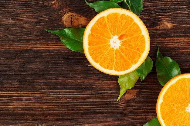 Dicht in stukken gesneden sappige rijpe sinaasappelen