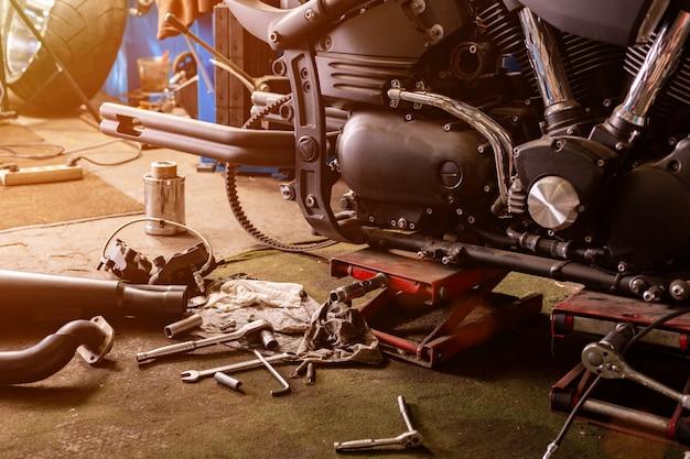 Dicht omhoog geschoten van mooie en naar maat gemaakte motorfiets in de workshop bijgesneden